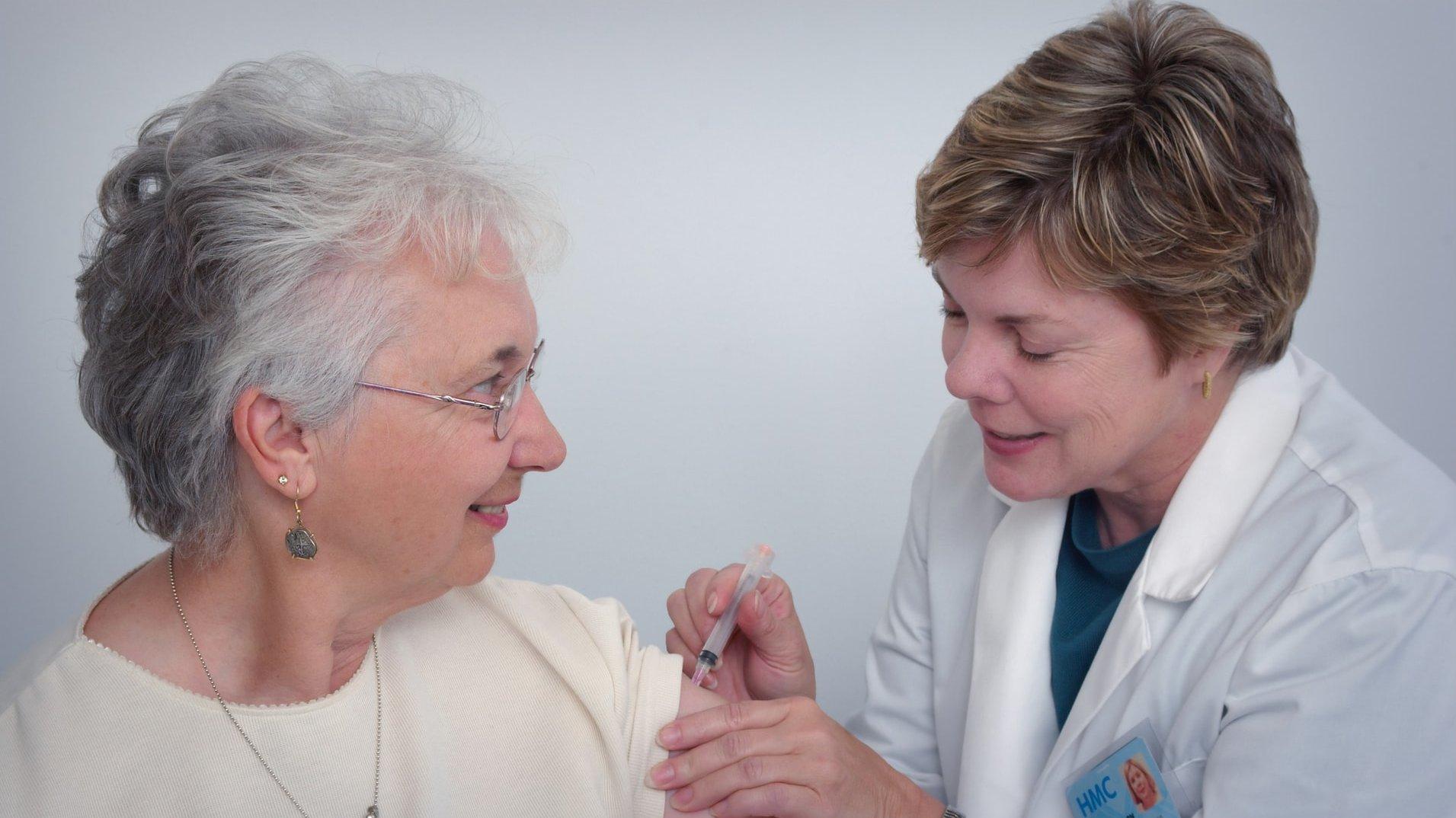 doctor-vacuna-paciente