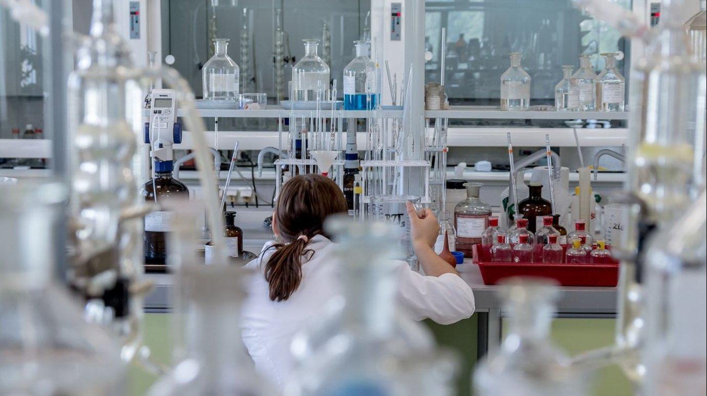 investigadora-en-laboratorio-AEMPS