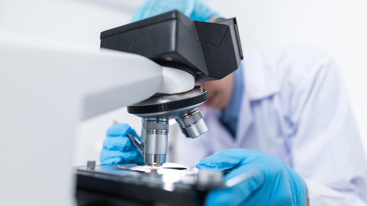 cientifico-con-microscopio