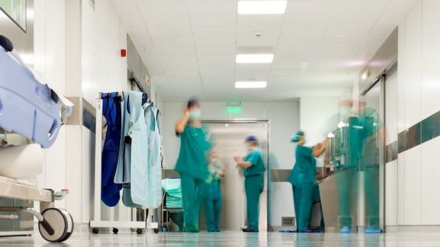 hospital, camillas y enfermeros