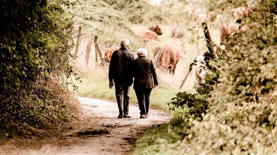 paseando dos personas de tercera edad