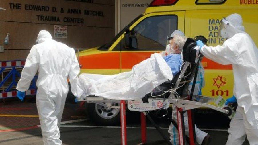 Un paciente covid es trasladado a un centro médico de Tel Aviv (Israel). Shutterstock / r Gil Cohen Magen